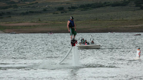Summer water fun Fly Board man flying high HD 9522 圖片