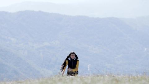 Girl runs down mountain towards camera ライブ動画