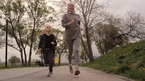 4K Mother and daughter running joggin outdoor in the park ライブ動画