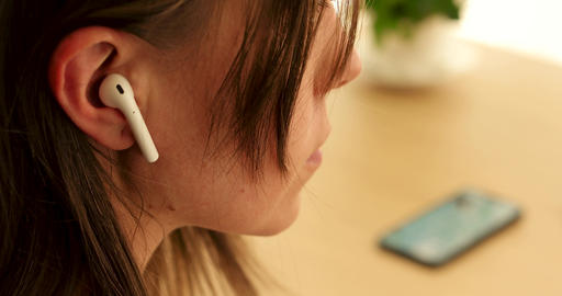 Insert earphone into ear ライブ動画