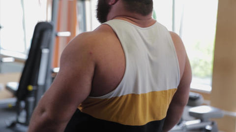Big back of a powerful weightlifter ライブ動画