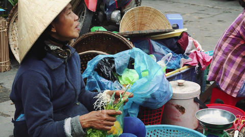 People buy and sell seafood and vegetable on the street food market in Asia Acción en vivo