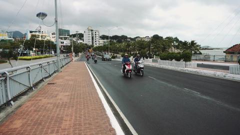 People on motorcycles ride on a bridge Acción en vivo