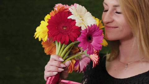 Florist holds a bouquet in her hands ライブ動画