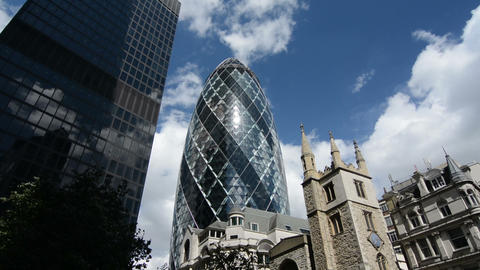 Gherkin building and city skyline on a sunny day. London, United Kingdom. Zoom i Live Action