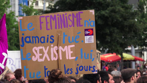 Feminist slogan in French : feminism never killed, sexism kills every day Live Action