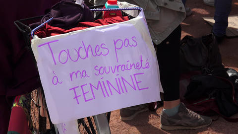 Feminist slogan in French about feminine sovereignty Live Action