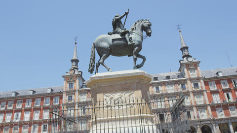 Plaza Mayor, Madrid Landmark tourist attraction: Statue of Felipe III Live Action