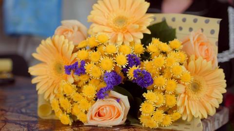 florist wraps stylish flower bouquet with foil at table Acción en vivo