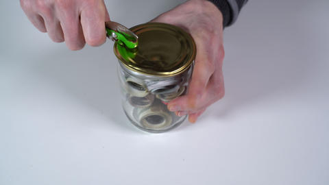 Open a can of canned dollars with a metal lid Live Action