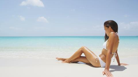 Beach woman woman sun tanning in sexy bikini Acción en vivo