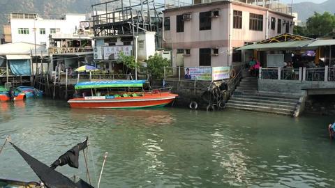 Hong Kong, China, A boat is docked next to a body of water Acción en vivo