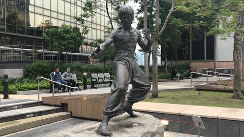 Hong Kong, China, A statue of a man doing a trick on a skateboard Acción en vivo