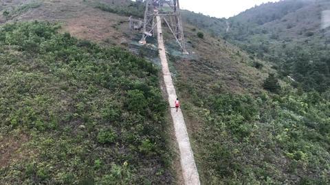 Hong Kong, China, A train is on the side of a mountain Acción en vivo