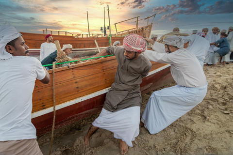 Traditional Arabic fishermen working in Katara beach Doha, Qatar フォト