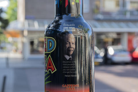Close Up Arizona Red Tea At Amsterdam The Netherlands 29 May 2020 With Nelson Mandela Quote フォト