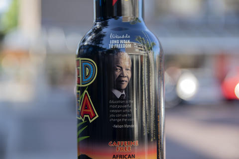 Close Up Arizona Red Tea At Amsterdam The Netherlands 29 May 2020 With Nelson Mandela Quote Fotografía