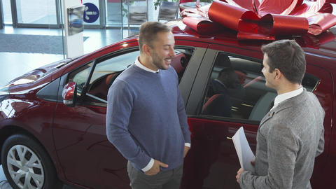 The seller of cars tells the buyer the characteristics of the car Live Action