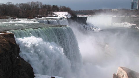 A look from the top of Niagara Falls to the snow and mist... Stock Video Footage