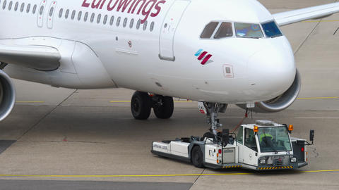 Eurowings Airbus A320 towing Acción en vivo