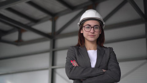 A young woman in a protective helmet crossed her arms and stands at a ライブ動画