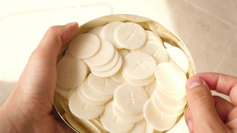 a chalice goblet full of communion hosts ライブ動画