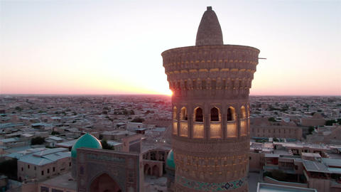 Po-i-Kalyan mosque complex in Bukhara and Kalyan Minaret at sunset, drone aerial ライブ動画