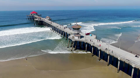Huntington Pier with lifeguard tower for surfer. Southeast of Los Angeles Acción en vivo