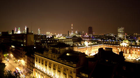 Panning timelapse of illuminated city buildings, London, England Acción en vivo