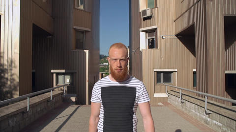 guy with red hair and beard walk outdoor ライブ動画