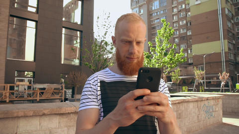 ginger guy scrolling touch screen phone ライブ動画
