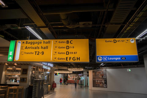 Direction Billboard Behind The Gates At Schiphol Airport The Netherlands 7-12-2019 Fotografía