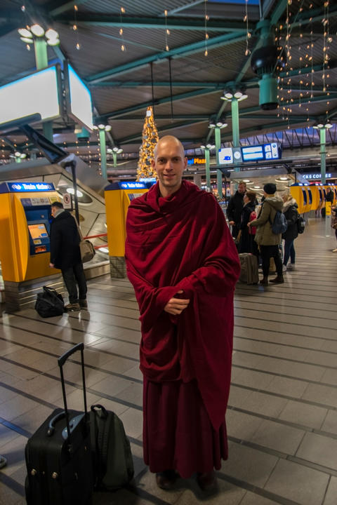 Tibetan Monk At Schiphol Airport The Netherlands 9-12-2019 フォト