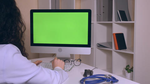 back view doctor using internet consult online ライブ動画