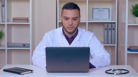 physician speaking to viewers ライブ動画