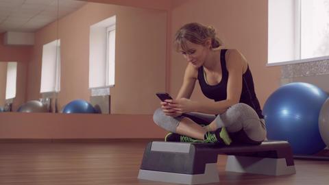 sportswoman use sport app on mobile ライブ動画