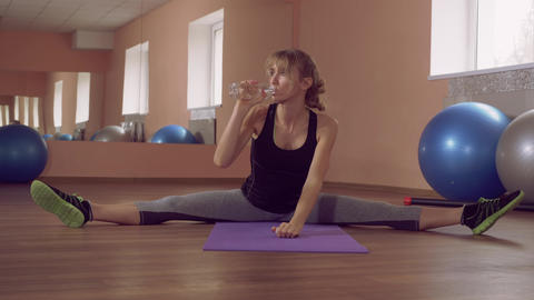 fit female stretching and relish drink ライブ動画