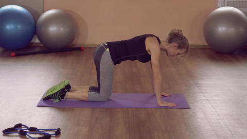 fit girl doing physical exercises at home ライブ動画