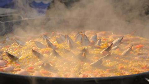 Slow motion: chef cooking paella with shrimp, mussel - close up Acción en vivo