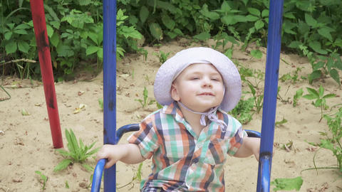 The boy rides on a swing ライブ動画