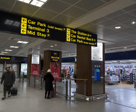 Direction Sign At The Airport Of Manchester 7-12-2019 Fotografía