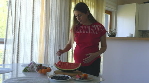 Young pregnant woman healthy eating ライブ動画