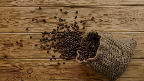 Elegant smoothly scattering roasted coffee beans from falling authentic jute bag ライブ動画