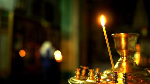 One candle burns in golden candlestick of the Orthodox Church Acción en vivo