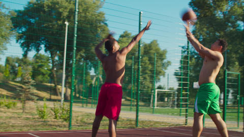 Streetball player scoring points after pump fake Acción en vivo
