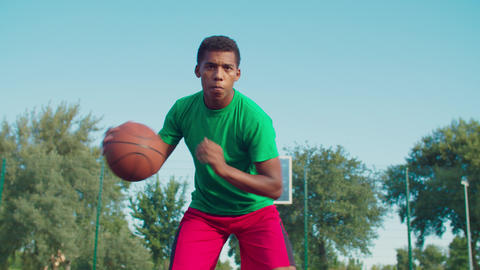 Athletic black man playing basketball outdoors Acción en vivo