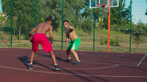 Shirtless basketball players in action on court Acción en vivo