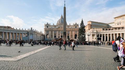 rome,vatican,people visitor walk on saint peter basilic square,disable,timelapse Acción en vivo