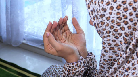 Close up of muslim women hand praying Acción en vivo