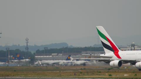 Emirates Airbus 380 taxiing ライブ動画